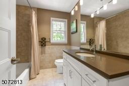 Main hallway bath