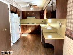 Pantry, Gas Cooktop, Double Ovens, Dishwasher