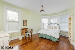 Walk-in closet, bow window, wood floor