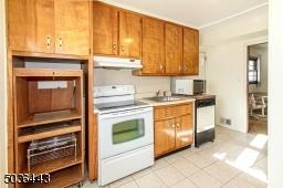 """Summer Kitchen: on the Ground Floor Access to BAckyard"